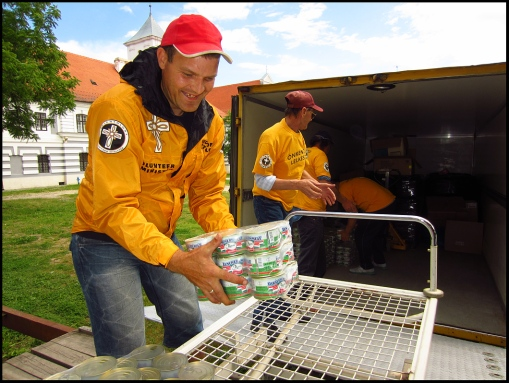 Volunteer Ministers of the Church of Scientology Hungary, in 48 hours collected 5,5 tons of food and delivered to people from flooded areas of Croatia.